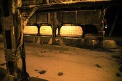 De donkere onderdoorgang van de de treinbrug van de stadssteeg industriële bij nacht Stock Afbeeldingen
