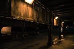 De donkere onderdoorgang van de de treinbrug van de stadssteeg industriële bij nacht Royalty-vrije Stock Afbeelding