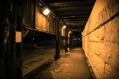 De donkere onderdoorgang van de de treinbrug van de stadssteeg industriële bij nacht Royalty-vrije Stock Fotografie