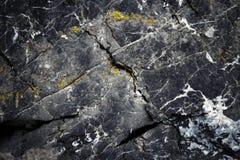 De donkere oppervlakte van de oude kalksteenrotsen Stock Foto