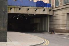 De donkere passage van de wegtunnel voor auto's Royalty-vrije Stock Foto