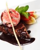 De donkere Pastei van de Chocolade met Roomijs Royalty-vrije Stock Foto's