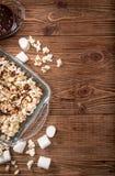 De donkere popcorn van de chocoladekaramel eigengemaakt Stock Afbeeldingen