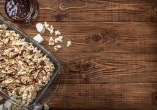 De donkere popcorn van de chocoladekaramel eigengemaakt Stock Foto's