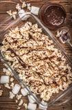 De donkere popcorn van de chocoladekaramel eigengemaakt Royalty-vrije Stock Foto's
