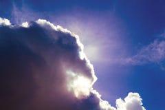 De donkere purpere wolk behandelt de zon Zon op bewolkte hemel in middag Stock Foto