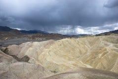 De donkere regenwolken over zabriskie richten de vallei nationaal park van de inidood, Californië Stock Afbeeldingen