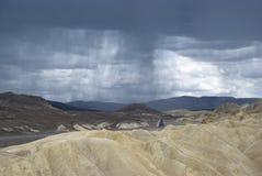 De donkere regenwolken over zabriskie richten de vallei nationaal park van de inidood, Californië Stock Fotografie
