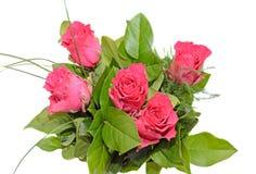 De donkere roze regeling van rozenbloemen, groen bladerenboeket Stock Fotografie