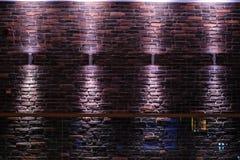 De donkere ruimte glanste bakstenen muur Royalty-vrije Stock Afbeeldingen