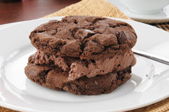 De donkere sandwich van het chocoladeroomijs Royalty-vrije Stock Afbeelding