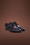 De donkere schoenen van het mensensuède Stock Afbeeldingen