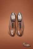 De donkere schoenen van het mensensuède Stock Foto