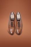 De donkere schoenen van het mensensuède Stock Afbeelding