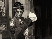 De donkere sepia versie van een bejaarde Chinese Teochew-operazanger presteert Royalty-vrije Stock Fotografie