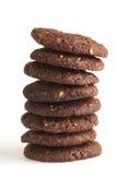 De donkere stapel van chocoladekoekjes Stock Afbeeldingen