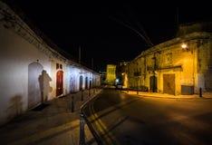 De donkere stegen van oude Valletta malta stock afbeelding