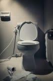 In de donkere stemming, toilet met toilet Paer in Badkamersinteri Stock Afbeeldingen