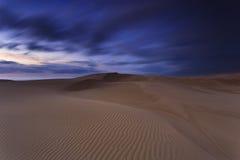 De Donkere Stijging van het zandduin Stock Foto's