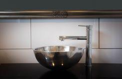 De donkere stijl van de badkamersgootsteen met zilveren kraan Royalty-vrije Stock Afbeeldingen