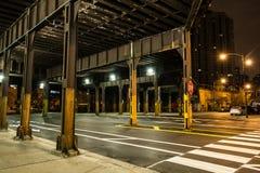 De de donkere straat en steeg van de stadstunnel bij nacht Stock Fotografie