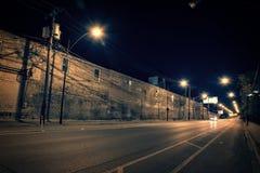 De donkere straat van Chicago met de scène van het fabriekspakhuis bij nacht Stock Foto's