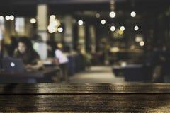 De donkere Teller van de Lijstbovenkant met vaag van koffiewinkel of moderne bibliotheek Stock Foto