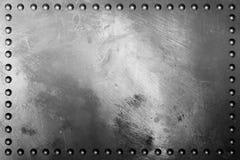 De donkere textuur van de metaalplaat met klinknagel Stock Afbeeldingen