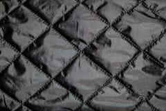 De donkere textuur van de stoffen gekreukte textieloppervlakte stock foto's
