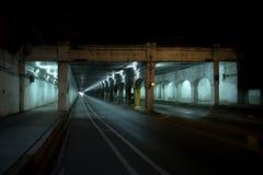 De donkere van de de stadssteeg van Chicago tunnel van de de treinbrug industriële bij nacht Stock Fotografie