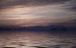 De Donkere violette op zee zonsondergang van beelden. Achtergrond Royalty-vrije Stock Foto's