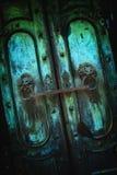 De donkere vuile achtergrond van de metaal uitstekende deur Royalty-vrije Stock Fotografie