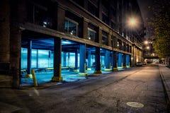 De donkere weg en de steeg van de binnenstad van de stadsstraat bij nacht Stock Foto