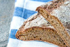 De donkere wholegrain close-up van het roggebrood Stock Foto