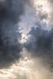 De donkere wolk en het goud glanzen Stock Afbeeldingen
