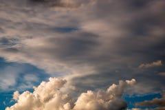 De donkere wolk vormde zich vóór het onweer en de regen zal vallen Royalty-vrije Stock Fotografie