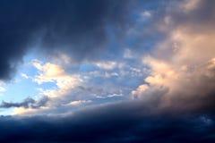 De donkere wolken Stock Foto