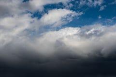De donkere wolken behandelen de hemel stock fotografie