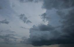 De donkere wolken komt Stock Afbeeldingen
