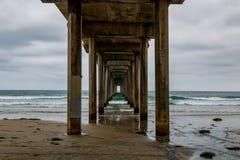 De donkere Wolken omringen de Scripps-Pijler in La Jolla, Californië Royalty-vrije Stock Afbeeldingen