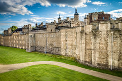 De donkere wolken omringen de Toren van Londen op bewolkte dag Royalty-vrije Stock Fotografie