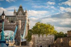 De donkere wolken omringen de Toren van Londen op bewolkte dag Royalty-vrije Stock Afbeelding