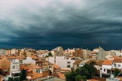 De donkere wolken op de sombere hemel over de gebied en van de bomen regenachtige hemel orkaan betrekt en zwarte wolken vóór de s Royalty-vrije Stock Foto
