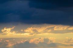 De donkere wolken overzien een mooie en warme zonsondergang Royalty-vrije Stock Foto