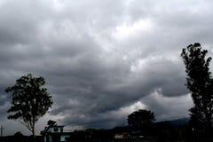 De donkere wolken trekken ` t betekenen altijd aan regens royalty-vrije stock afbeeldingen