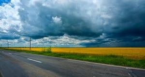 De donkere wolken van het onweer Stock Foto's