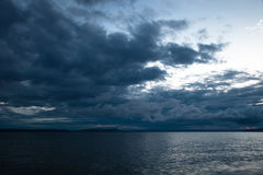 De donkere wolken van het onweer langs de kust Royalty-vrije Stock Foto's