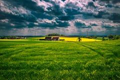 De donkere wolken van het onweer over gebied Royalty-vrije Stock Afbeelding