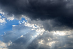 De donkere Wolken verduisterden de zon Stock Afbeeldingen