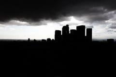 De donkere wolkenkrabbers van de silhouetstad Stock Foto